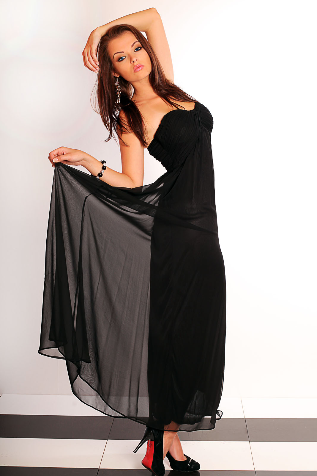Pikk must tüllist kleit