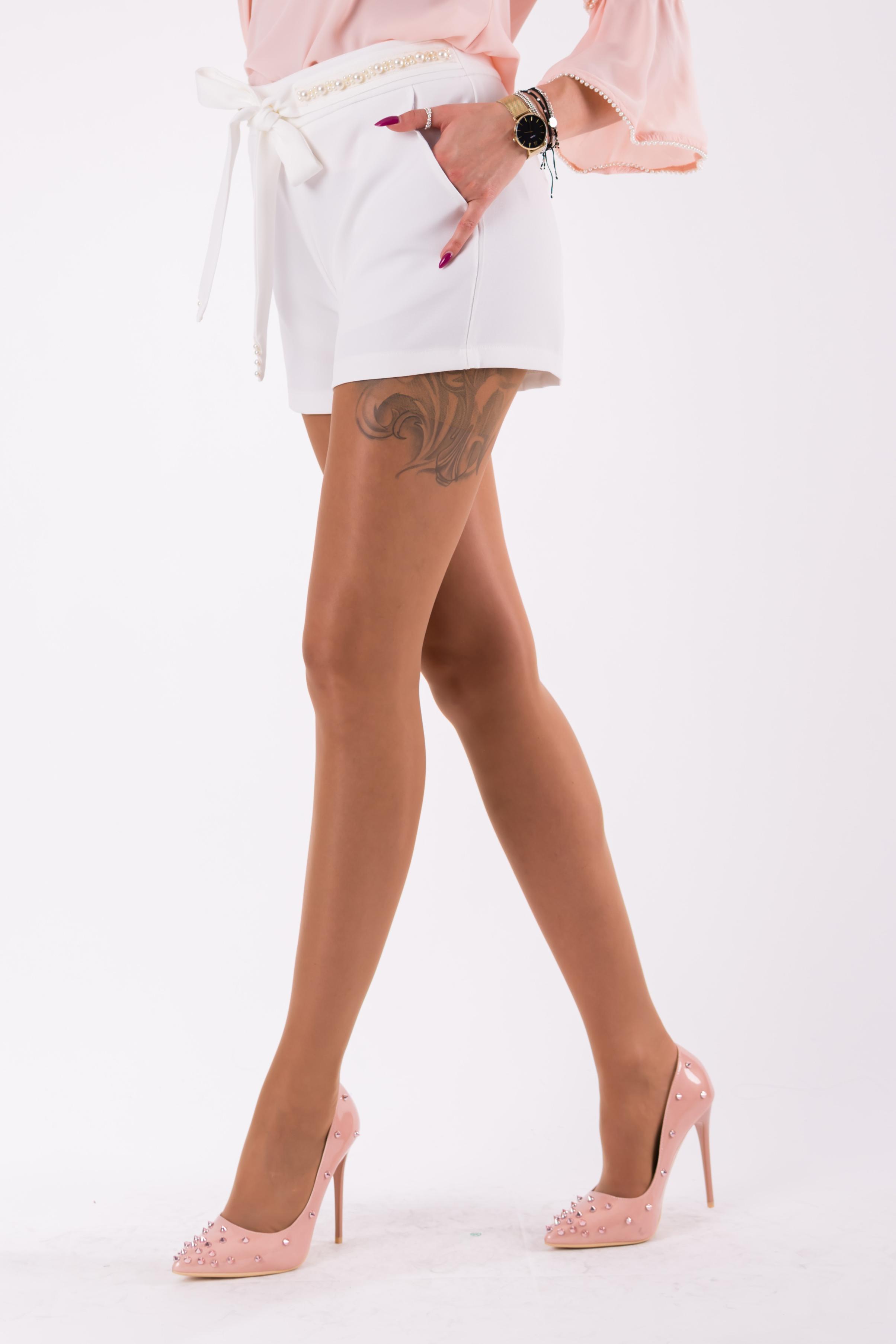 Valged lühikesed püksid